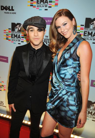 co host pete wentz and joss stone EMA red carpet